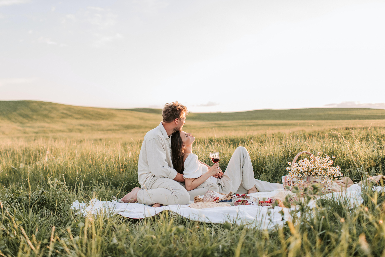 Date draußen auf einer Decke